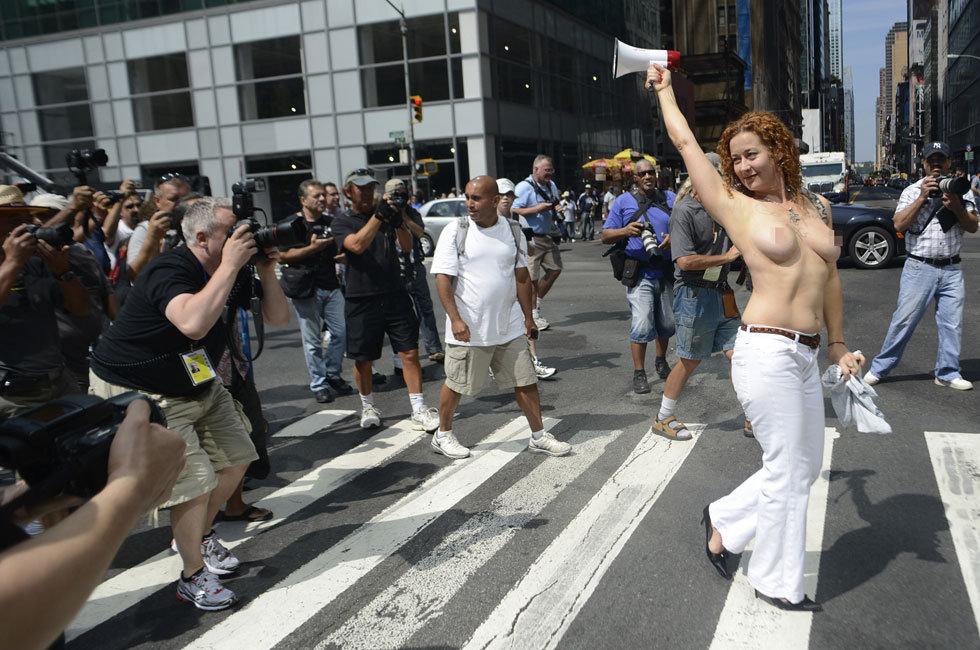 全国坦胸日美女裸体游行争裸胸权组图 一