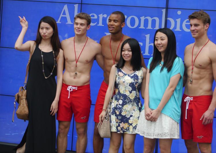北京街头美女排队狂摸裸男放肆反应! 一个人