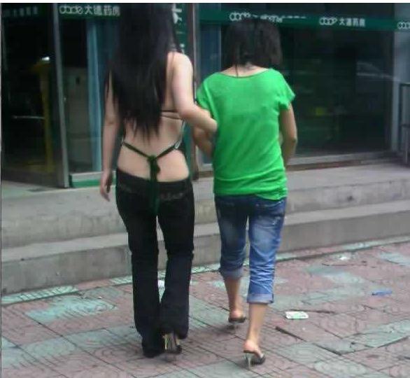 酷暑难耐美女竟穿肚兜出街图