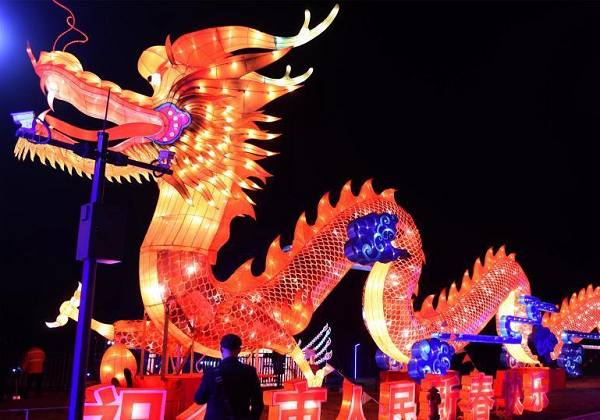 重庆际华园迎新春灯会游人如织