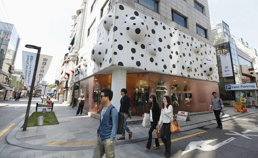 """首尔江南区,时尚之名街狎鸥亭罗德奥街的标语上写着"""""""