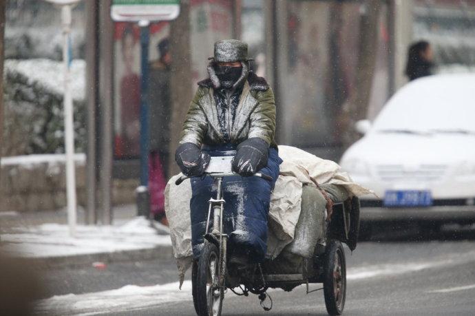 业的骑车送货人