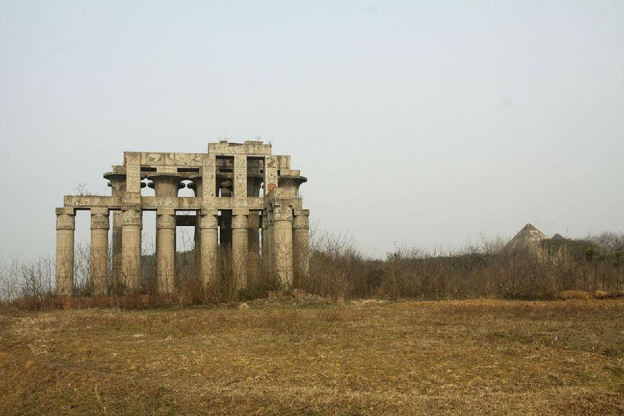 1月27日,武汉东湖风景区滨湖村大庙咀,烂尾的万国公园内一座神庙的