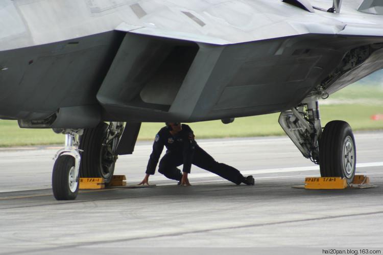 美国f-22隐形战斗机起飞准备