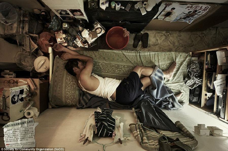 没有质量的生活一个男人正倚在房间的墙壁上吃外卖