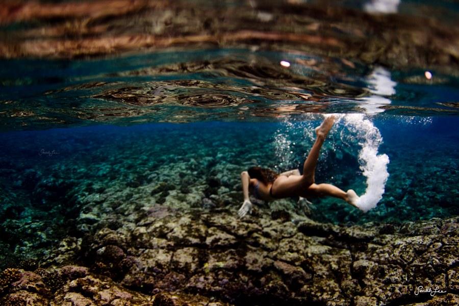 美女摄影师冒险潜水拍摄多彩海底世界 高清图