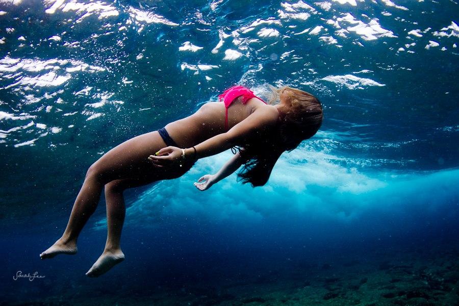 美女摄影师冒险潜水拍摄多彩海底世界