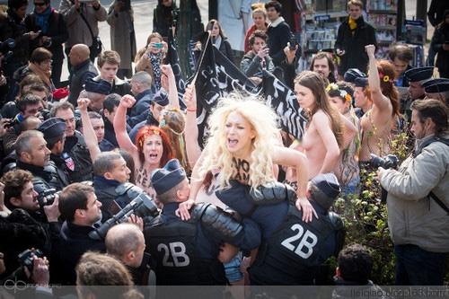 法国美女为何要光着身板闹革命