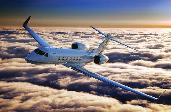 湾流G550公务机   两英里的公路只能让汽车行驶两英里,而两英里的跑道却能让飞机把你带到世界上的任何地方。   这或许还不是最吸引中国富豪的地方。   一架二手挑战者605正在非公开市场出售,其交付时间是2012年,已飞行时间只有281个小时,起降120次该飞机目前由中东某国元首拥有, 在面对其前任拥有者的身份时,数据在中国买家眼里统统都成为浮云。   中国正在成为私人飞机公司的新战场。   2013年上海亚洲商务航空会展上,美国国家公务航空协会总裁艾德.
