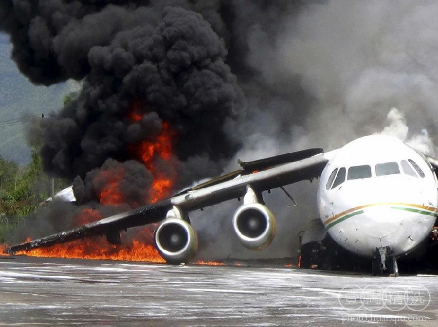飞机因一个油桶掉落后起火