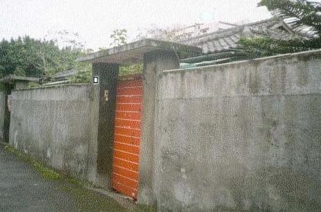 8,家住一套别墅或者一个院子的别把围墙围得很高 围墙太高就不好,最好