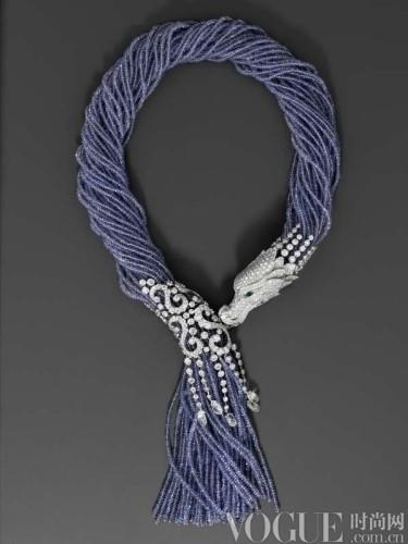 97克拉的珍贵丹泉石串珠密绕而成,龙头环绕亲吻围处5颗重5.
