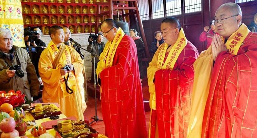 图为2012年11月23日上午,河北省秦皇岛市,释永信等全国各地佛教高僧在