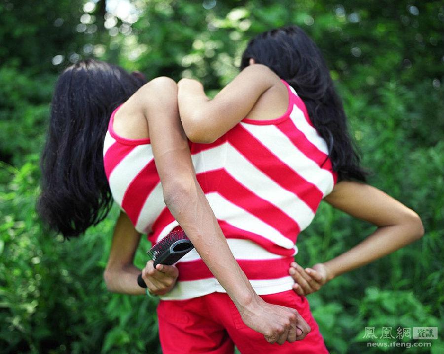 """数年后,当Lupita和Carmen成长到懂事的年岁,知道她们来到美国是为了被成功地分开,她们很惊讶。""""妈咪,你为什么想把我们切成两半?""""她们一直重复地问。图为2011年,两姐妹抓痒。"""