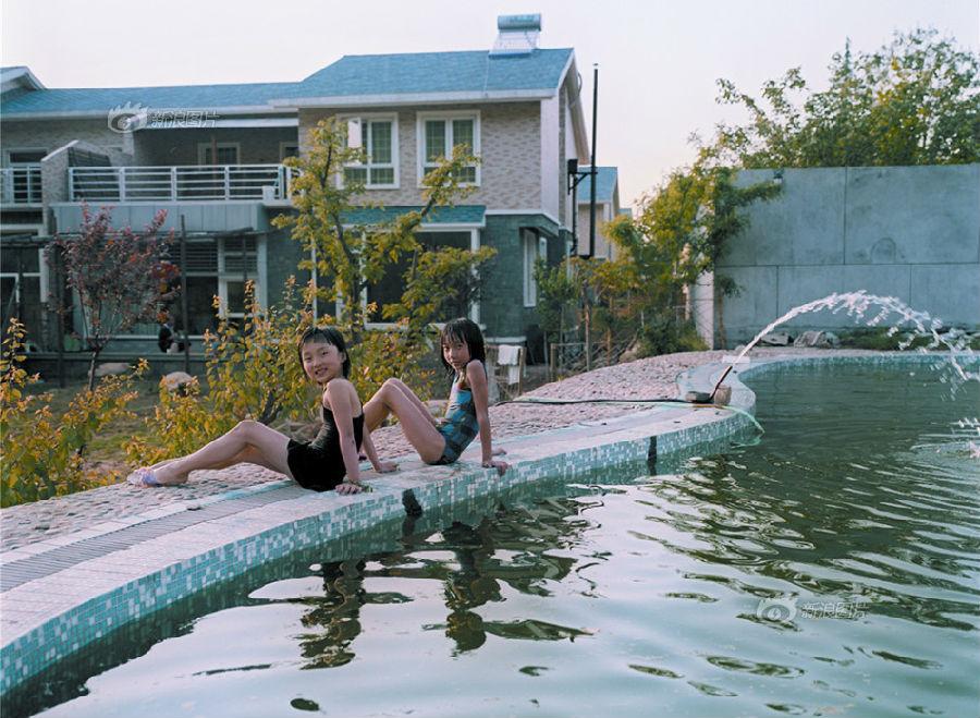 白教授家的別墅占地2畝半左右,游泳池里的水也是從山上流下來的活水.