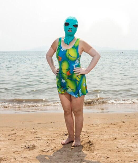 2012年夏天颇受关注的青岛大妈防晒神头套,今夏不仅再度走红,还杀入了