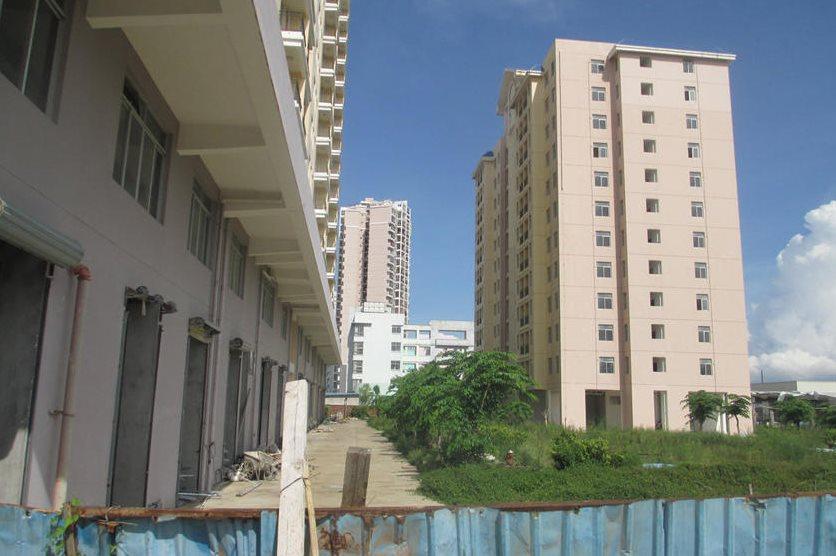 9月11日,海南省海口市,滨湖路附近的滨涯小区的廉租房,小区内杂草丛生