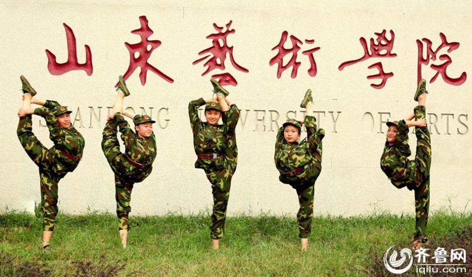 山东艺校女学生军训时不忘跳舞 高清图片