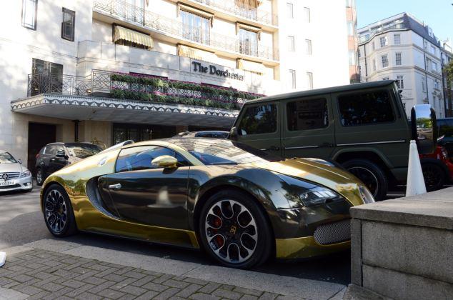 这辆豪华金色跑车正停在骑士区的韦尔兹利酒店