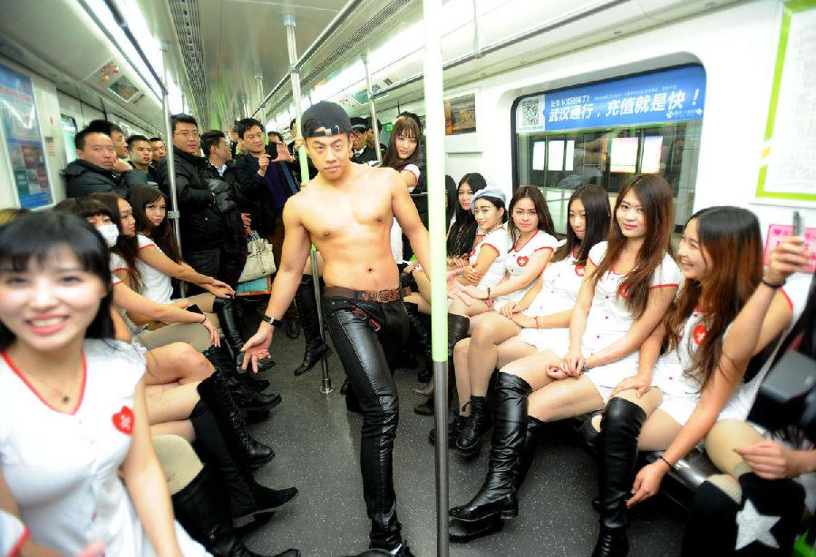 武汉地铁现捆绑美女求解救
