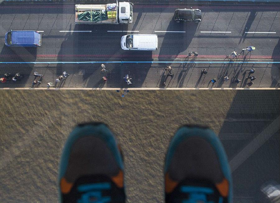 组图:伦敦塔桥装透明玻璃地板