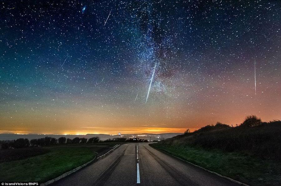 图为怀特岛的西海岸附近观测到壮观的双子座流星雨.