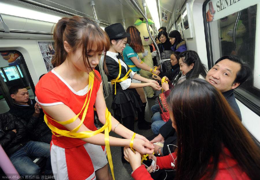 图为美女浑身被绑黄丝带