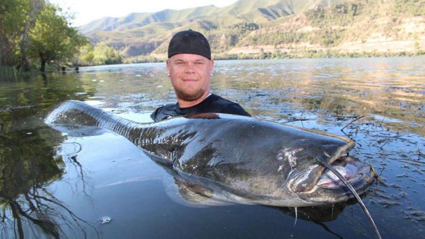 现年31岁的Jochen Burkhard和Patrick Hattemer是多年的好朋友,当地时间9月3日清晨,二人来到西班牙埃布罗河(Ebro)钓鱼。早上6时,哈特梅尔的鱼竿出现剧烈晃动,布尔克哈特立刻上前帮忙。最终,两人从水中拖出了一条体型硕大的鲇鱼。然而,他们的好运并没有结束,不久之后,一条同样巨大的鲇鱼被布尔克哈特捕获,此时距离第一条鲇鱼上钩仅仅过了20分钟。