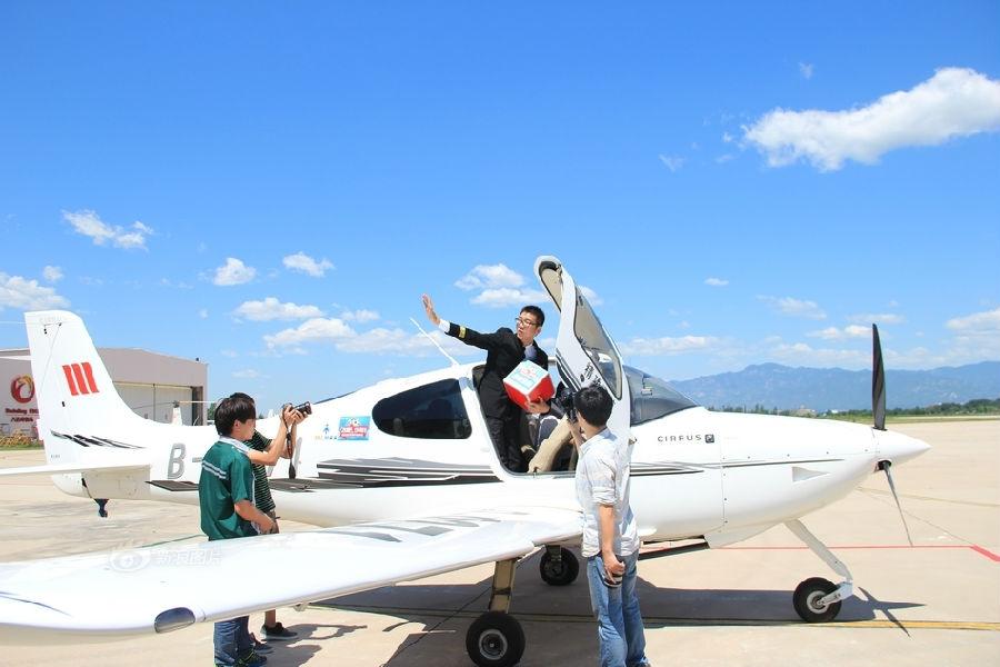 高中毕业典礼用飞机将学生梦想带上蓝天