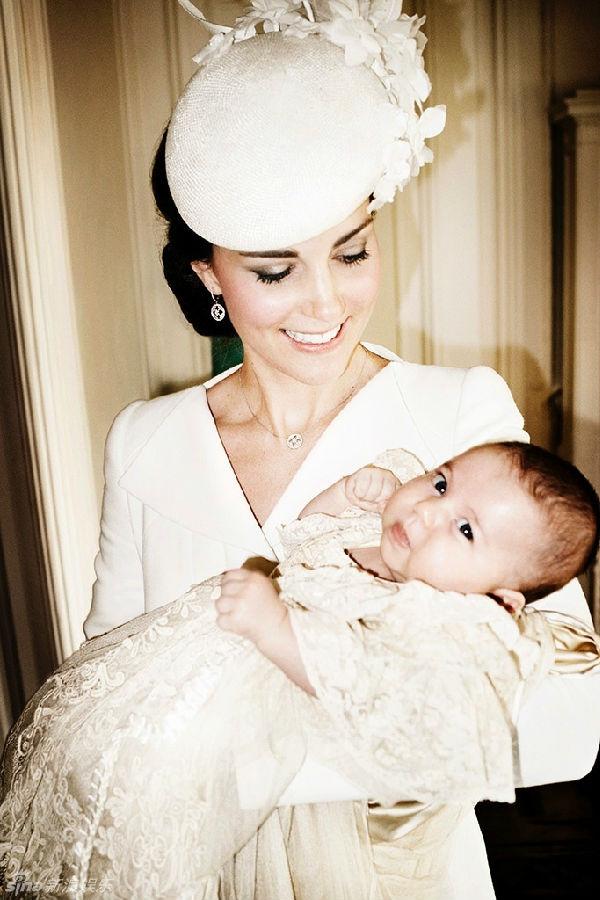 英国王室最新全家福曝光 小公主呆萌可爱