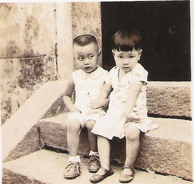 组图:两位抗日名将后人定娃娃亲 70多年后再见面