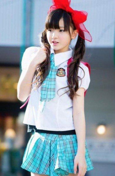 小学生打扮可爱花哨,穿迷你短裙.
