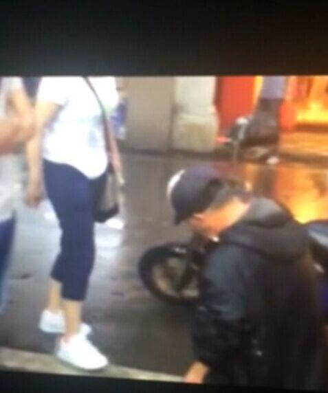 组图:厦门老人撞坏女子苹果plus手机 雨天下跪被扇耳光
