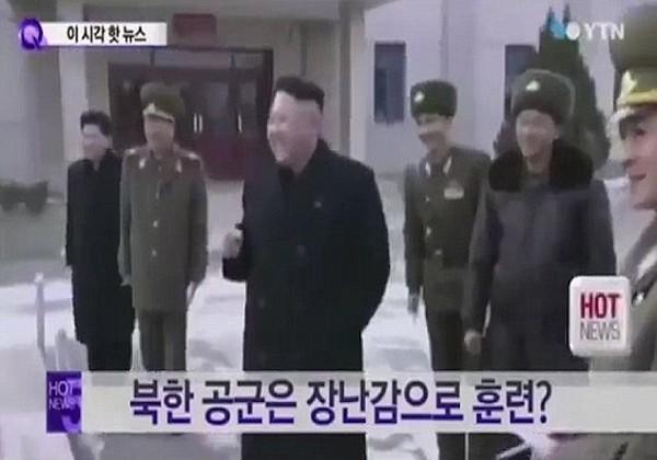 2016年5月3日报道,(拍摄时间不详),一段金正恩视察朝鲜士兵演练的视频曝光。画面中,朝鲜士兵拿着纸飞机,在铺在地上的巨型地图上,拿着纸飞机翻山越岭,展示作战策略。金正恩在一旁爆笑。  图为拿着纸飞机的朝鲜士兵。  水泥板上画着地图,士兵正在其中演练作战策略。