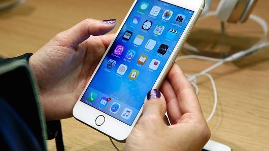 同花顺(300033)美股讯 苹果(AAPL)iPhone 6S电池问题可能比公司预期要更严重。   iPhone 6S电池问题:iPhone 6S会突然自动关机。上个月苹果官方宣布6s电池更换计划,即为对2015年9月到10月之间生产的,出现异常关机问题的iPhone 6S手机提供免费更换电池服务。苹果公司周二表示,更多iPhone 6S可能存在电池问题。   iPhone制造商在官网上写道:一小部分电池更换计划覆盖范围外的手机用户也反映手机会突然关机。苹果公司指出,一些手机在正常情况下出现突然关