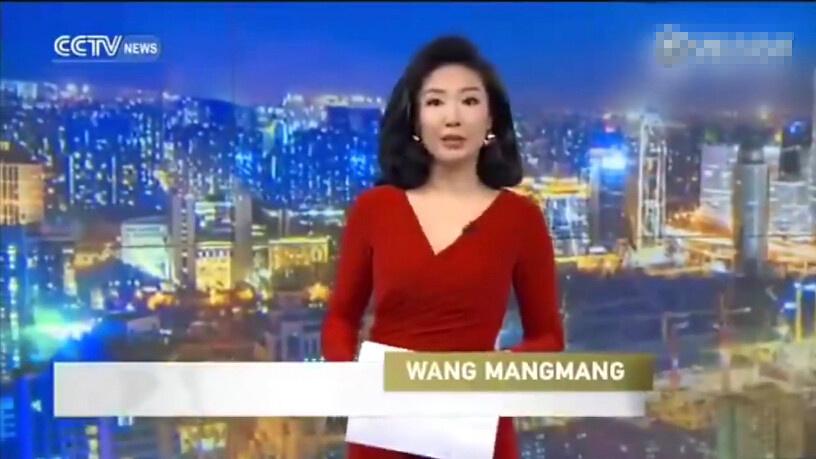 """近日,CCTV英文频道女主播王茫茫出场时,不留神把高跟鞋甩掉了,然后继续淡定地主持。网友看了纷纷表示:""""主持人处变不惊,素养真的不错""""""""我要给她敬业福""""。"""