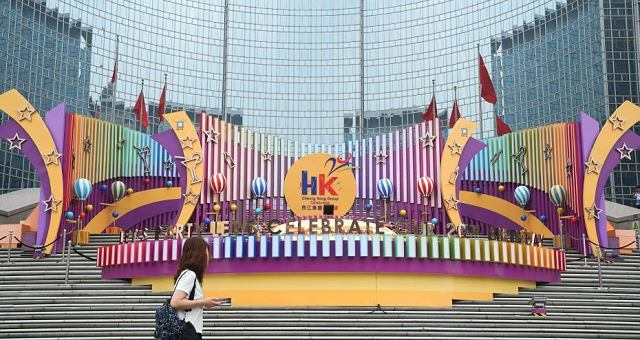 6月28日,市民从位于北京王府井东方广场的一处庆祝香港回归20周年的装饰前走过。7月1日,香港特别行政区政府将迎来成立20周年纪念。