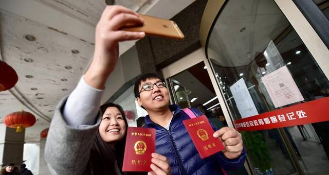 又到了一年一度的情人节,2月14日一大早就有不少情侣来到北京市朝阳民政局排队等候领证。