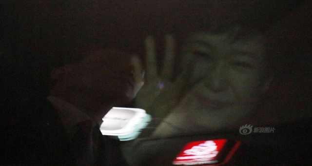 """当地时间3月12日下午19时(北京时间18时)左右,韩国宪法法院判决罢免朴槿惠总统职务第3天,朴槿惠与青瓦台幕僚亲信道别后离开青瓦台,前往私宅生活。青瓦台一秘书称,""""朴槿惠的眼睛一直肿着,可能是哭过""""。"""