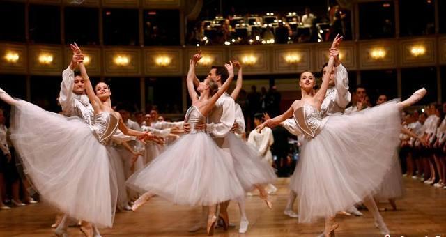 奥地利维也纳,第61届维也纳歌剧院舞会举行带妆彩排。