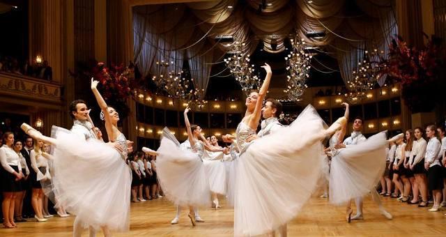 维也纳歌剧院舞会举行带妆彩排
