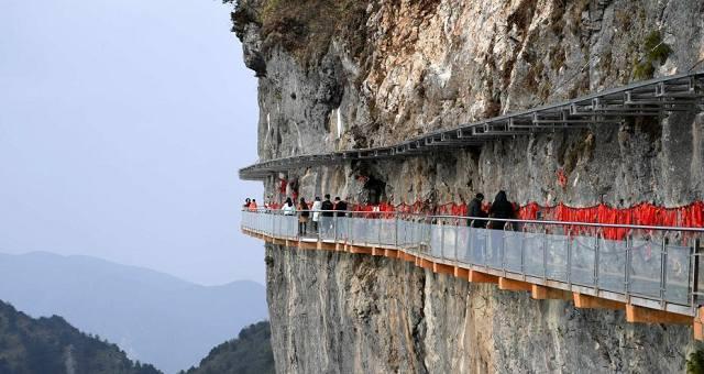 四川省万源市八台山景区悬空玻璃栈道冬日吸引游客.