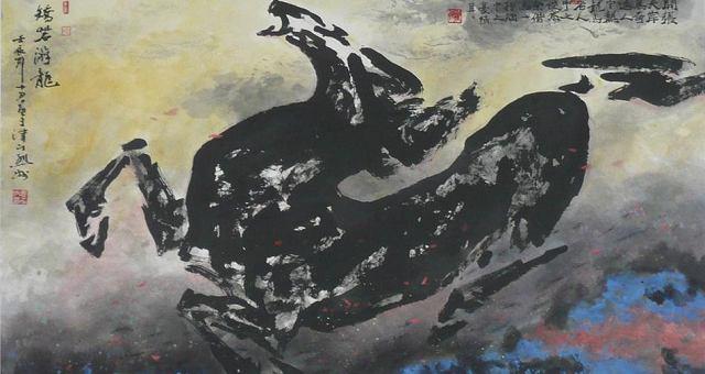 看到袁烈州画的马,实在震撼。他明显的模糊了马与龙之间的界限,虽在画马,却寓意深远,画作仿如上古神话般磅礴壮烈,见之难忘!龙是古人运用多元集合的方式创造出来的一种神物,马就是龙的一个很重要的集合对象,龙头多取材于马头。而在古人心目中,马是具有龙性的,龙和马是可以互变的。