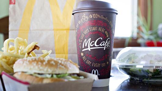 新菜单包括1美元软饮料和芝士汉堡,2美元的麦咖啡饮料和培根汉堡,以及