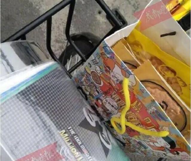 """四年前,原本来成都旅游的日本小伙天本龙司受朋友邀约,留下开了一家小吃店。为了感激成都人民带给他的温暖,从2015年开始,他便会在高考前,为备考同学送去自制的爱心礼包,亲手制作鲷鱼烧赠予高三学子们,还会写上""""加油""""、""""相信自己""""等鼓励的话语。"""