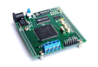 集成电路是用半导体材料制成的电路的大型集合,芯片是由单一或者不同
