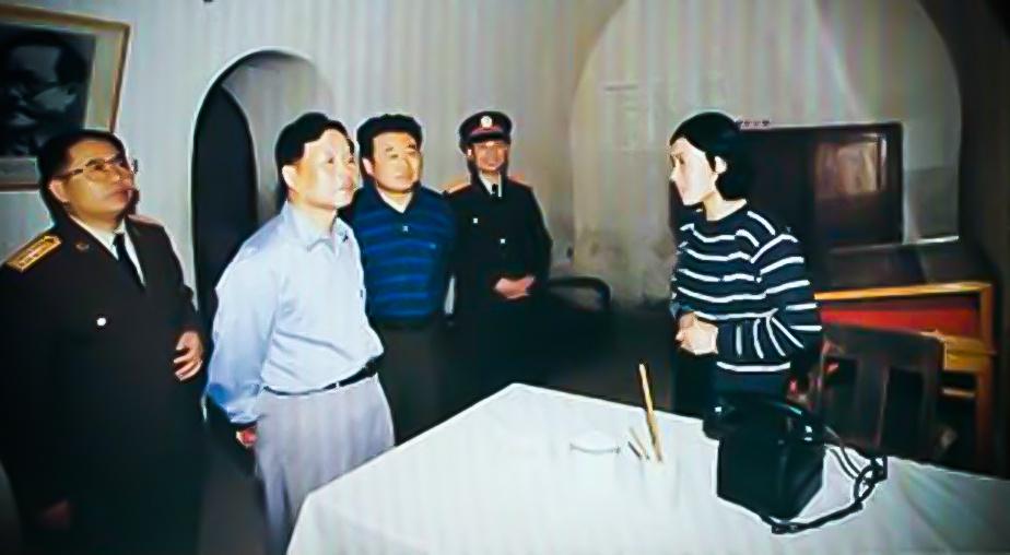 返回  图为兰州军区副委肖怀枢(左二),同陕西省军区和延安军分区领