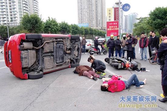 小轿车抬起救出女子后,一女子还脱下大衣为其盖上.-广东惠州车祸图片