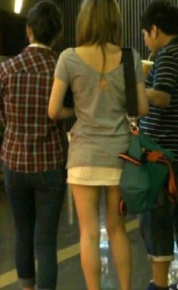街拍美女穿超短裙 街拍穿超短裙性感美女 街拍穿超短裙骑车美女图片