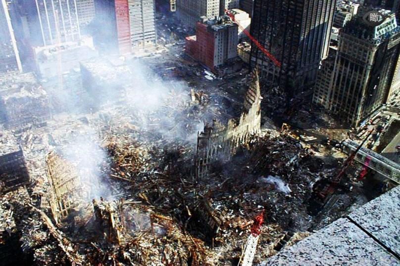 在纽约世贸中心双塔倒塌后数小时,纽约市长宣布将重建新塔.